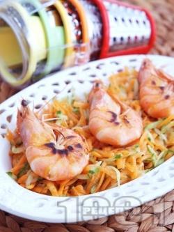 Свежа салата с моркови, краставици и печени скариди със соев сос - снимка на рецептата